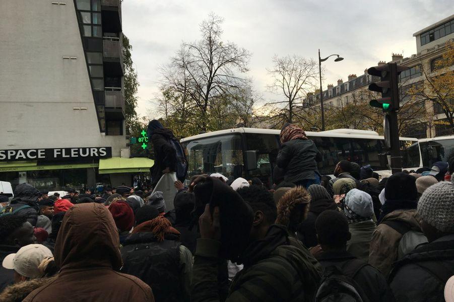 """Rares sont ceux à condamner les migrants, ils sont plus nombreux à blâmer l'inertie des autorités. """" Cela fait un an que cette jungle existe rappelle Abbès, un boulanger du quartier. Tous les jours je donne mes invendus. Je suis solidaire de cette situation inhumaine, mais qui est solidaire de nous ? Le camp ne serait pas resté une semaine dans le 16e arrondissement parisien..."""""""