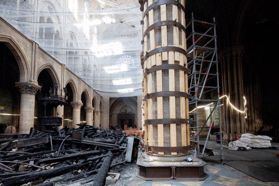 Dans la nef protégée par un filet, certains piliers, extrêmement fragilisés, ont dû être consolidés et cerclés.