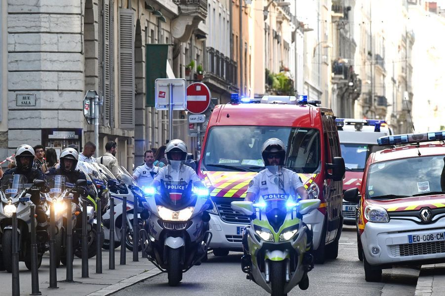 Les secours dans le quartier de l'explosion vendredi à Lyon