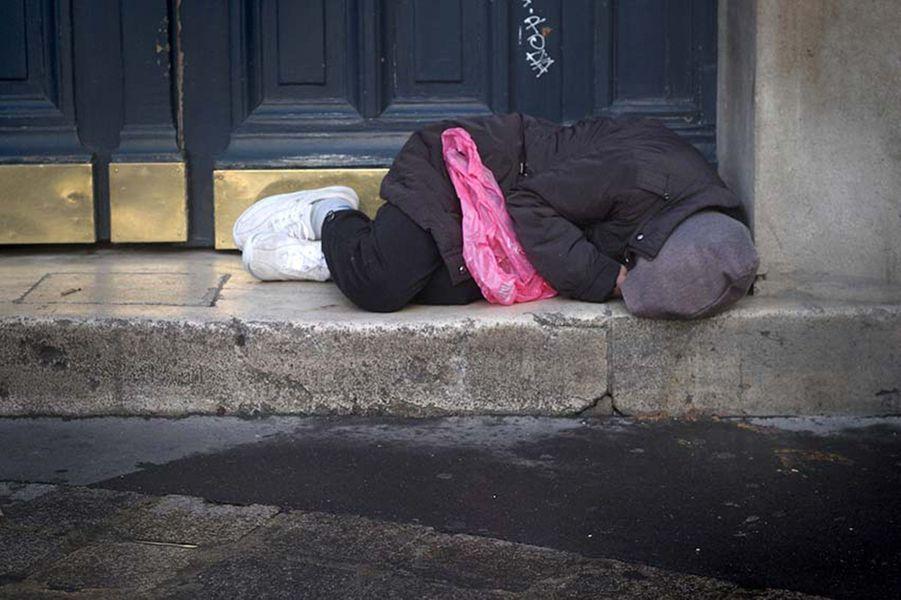"""(Paris, place de la Bastille, le 30 avril 2014). """"Très tôt le matin. J'ai trouvé terrible de voir cet homme, complètement replié à cause du froid, dormir tout près de la Banque de France."""""""