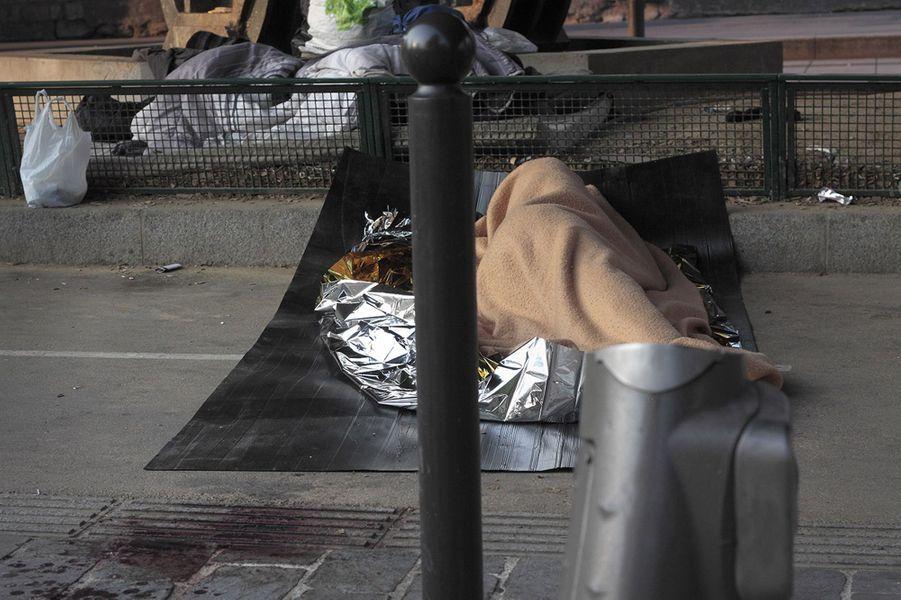 """(Paris, porte de la Chapelle, le 21 juin 2017). """"Quatre ans et demi séparent cette photo de la première et on voit que la situation s'est aggravée. Porte de la Chapelle, c'est l'apocalypse! Ils sont environ un millier à dormir dans la rue devant le centre humanitaire du 18e arrondissement, saturé, sans aucune assistance de l'Etat. L'accueil est géré par des CRS qui, à la moindre mini bousculade, balancent des lacrymos. Tout autour du centre, le sol est """"gore"""". C'est très inquiétant, je vois une flaque de sang, je ne sais pas quoi faire... Les gens sont complètement laissés à l'abandon."""""""