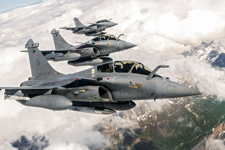 Chasseur polyvalent, le Rafale B peut effectuer des missions nucléaires (devant), des bombardements conventionnels (équipé de missiles Scalp, au centre), comme actuellement en Irak et Syrie, ou faire la police du ciel au-dessus du territoire national 7 jours sur 7, 24 heures sur 24.
