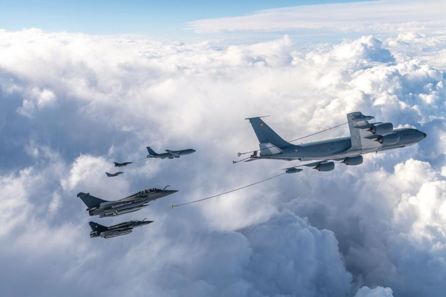 A 7 000 mètres au-dessus du Massif central, le 11 juin, un des derniers exercices conjoints de Rafale B (1er et 3e de bas en haut) et Mirage 2000N. Devant eux : deux ravitailleurs Boeing C-135.