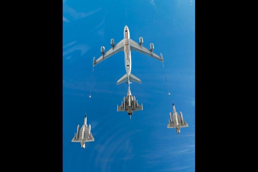 A 600 km/h, le Boeing C-135 ravitaille un Rafale B. Le transfert de carburant s'effectue à 1 tonne par minute pour le Rafale B et à 500 kilos par minute pour les Mirage 2000N qui l'accompagnent.