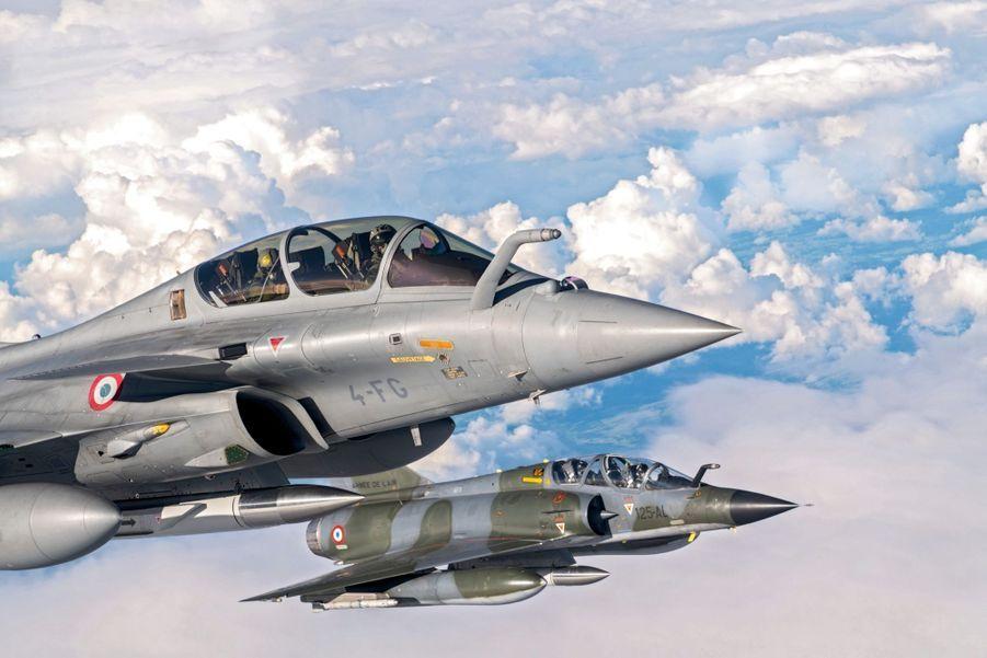 Le Rafale B (au premier plan) en patrouille serrée sur le Mirage 2000N. Tous deux sont équipés de missiles nucléaires. Le Mirage 2000N aura passé trente ans dans les Forces aériennes stratégiques. Dernier défilé au-dessus de Paris prévu le 14 Juillet.