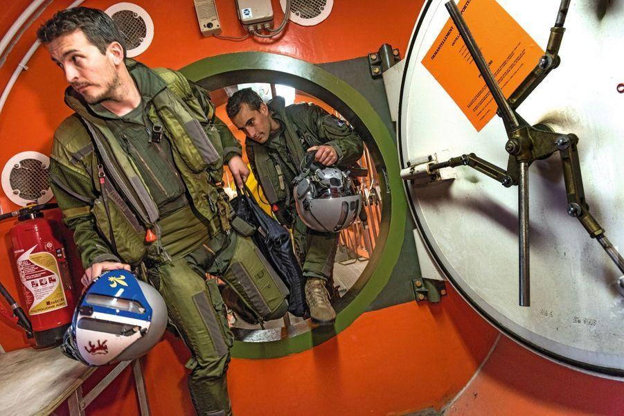 Un pilote et un navigateur sortent du poste de commandement enterré de la zone d'alerte hautement sécurisée de Saint-Dizier, l'enclave dédiée aux missions nucléaires.