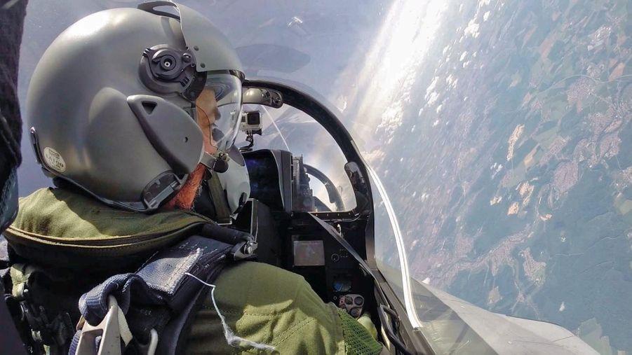 Régis Le Sommier, notre reporter, à bord d'un Rafale B, équipé d'une combinaison anti-g et d'un masque à oxygène.