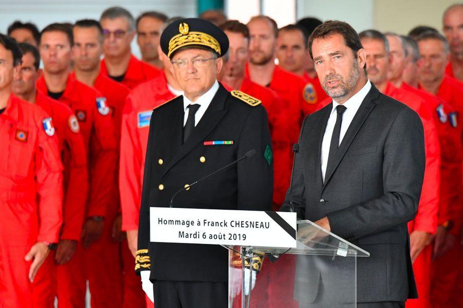 Christophe Castaner rend hommage à Franck Chesneau, mardi sur la base aérienne de Nîmes-Garons.