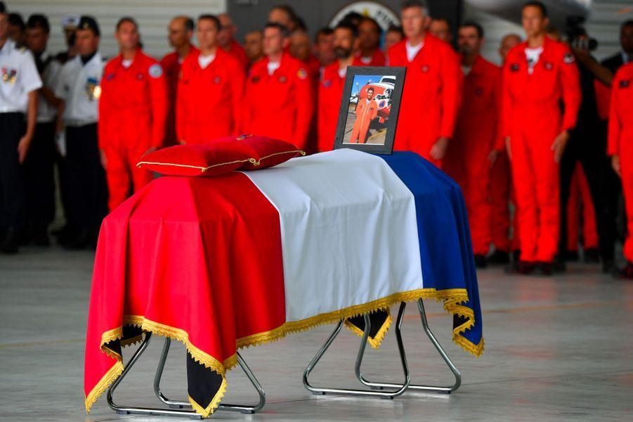 Sur la base de la Sécurité civile de Nîmes-Garons, mardi, proches et camarades rendent hommage au pilote Franck Chesneau.