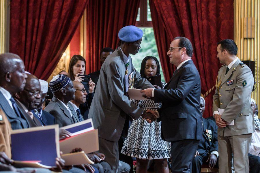 François Hollande à l'Elysée pour lacérémonie de réintégration dans la nationalité française de 28 anciens tirailleurs sénégalais, le 15 avril 2017.