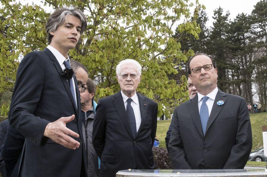 Lionel Jospin et François Hollande àCerny-en-Laonnois pour la commémoration du centenaire dela bataille du Chemin des Dames, le 16 avril 2017.