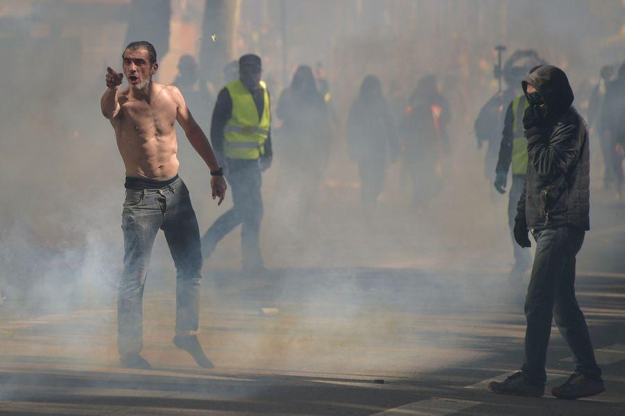 """Quelques milliers de """"gilets jaunes"""" manifestent samedi pour l'acte 22 du mouvement, principalement à Toulouse, """"capitale"""" d'un jour, où la tension est montée en début d'après-midi entre police et manifestants."""