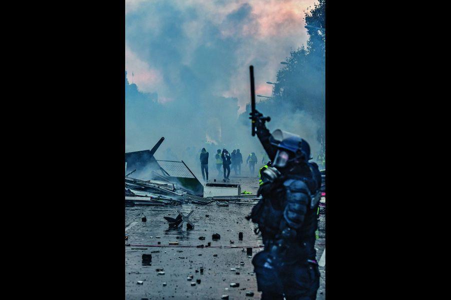 Soir d'émeute sur les Champs-Elysées. Une des images qui feront le tour du monde.