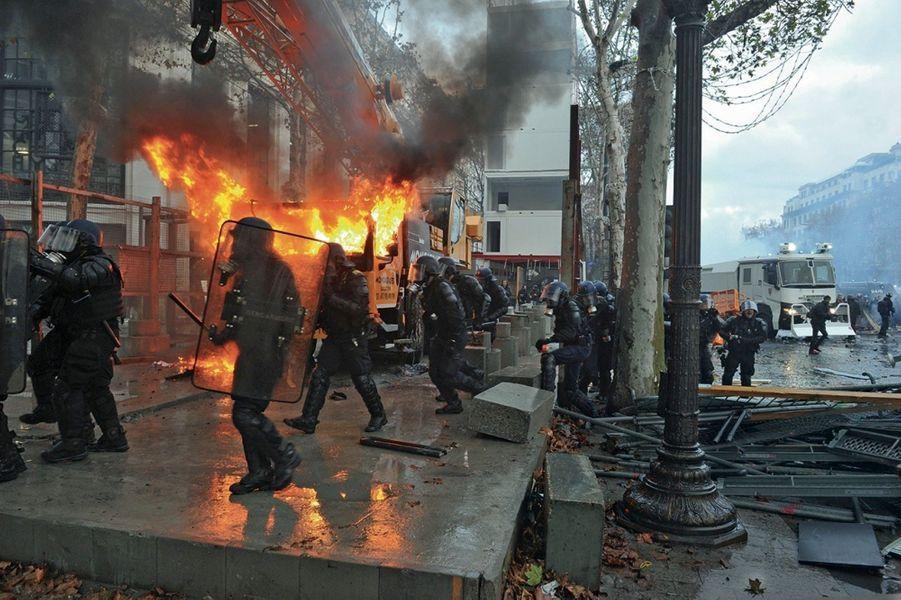 Incendie d'un énorme camion-grue estimé à plusieurs centaines de milliers d'euros.