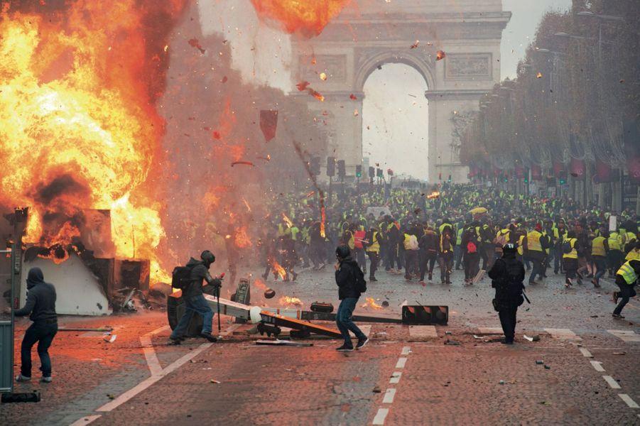 Le 24 novembre. Explosion d'une bouteille de gaz sur une barricade. La police éloigne les « gilets jaunes » à l'arrière de la manifestation