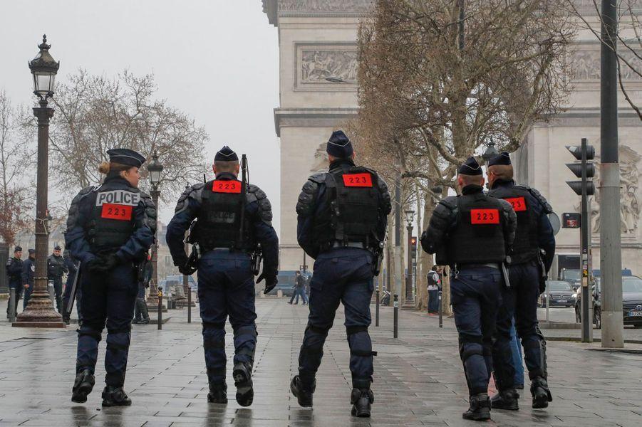 Les forces de l'ordre sur les Champs-Elysées.