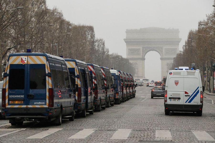 De nombreux fourgons de police avenue des Champs-Elysées.