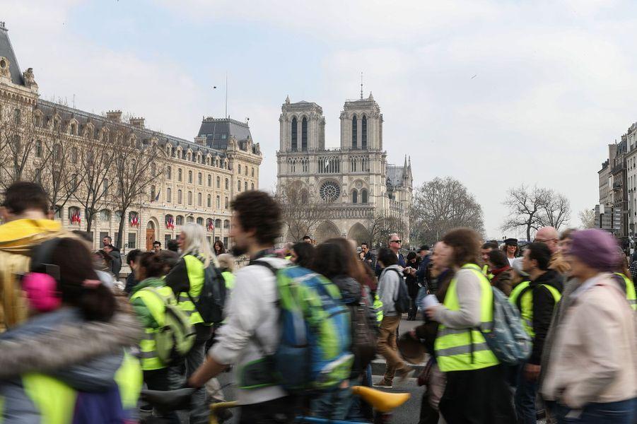 Le cortège des gilets jaunes à Paris, samedi, non loin de Notre-Dame.
