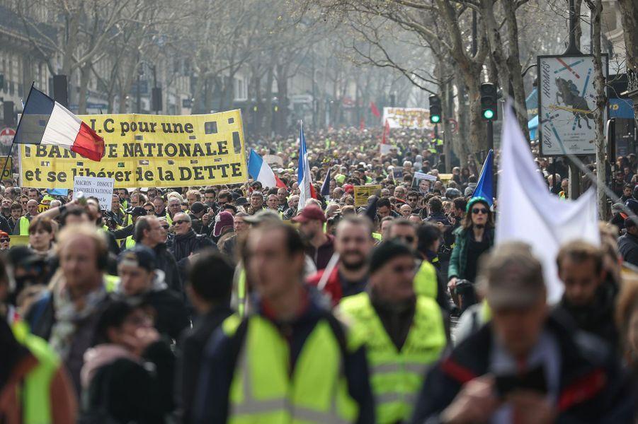 Le cortège des gilets jaunes à Paris, samedi.