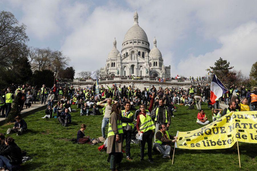 Les gilets jaunes devant le Sacré-Cœur à Paris, samedi.