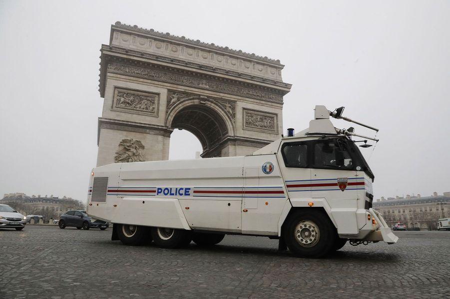 Sur la place de l'Etoile à Paris, un camion anti-émeute, samedi matin.