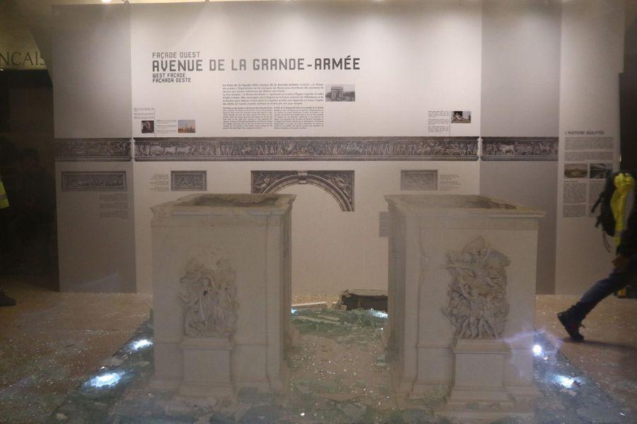 Des vitrines brisées au musée de l'Arc de Triomphe