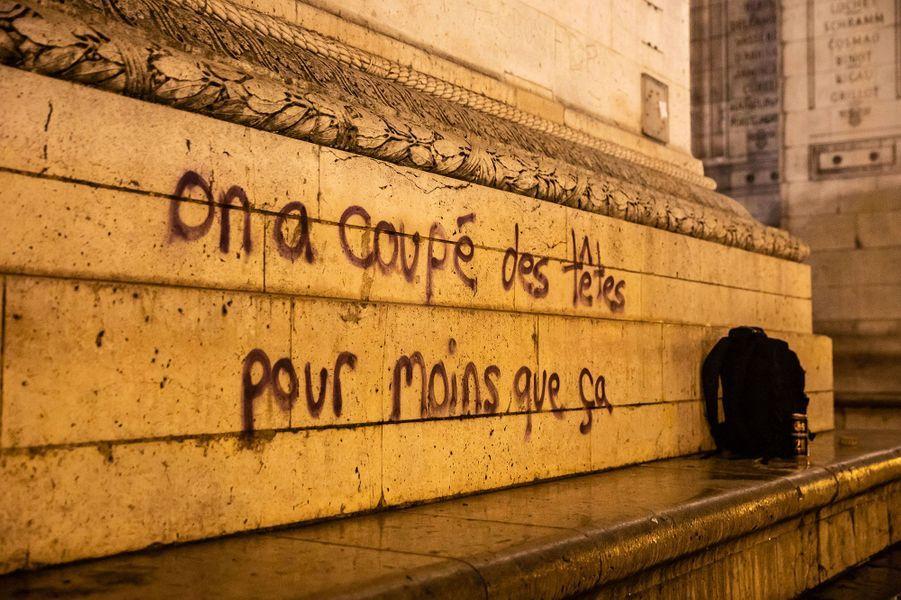 Un tag sur un pied de l'Arc de Triomphe