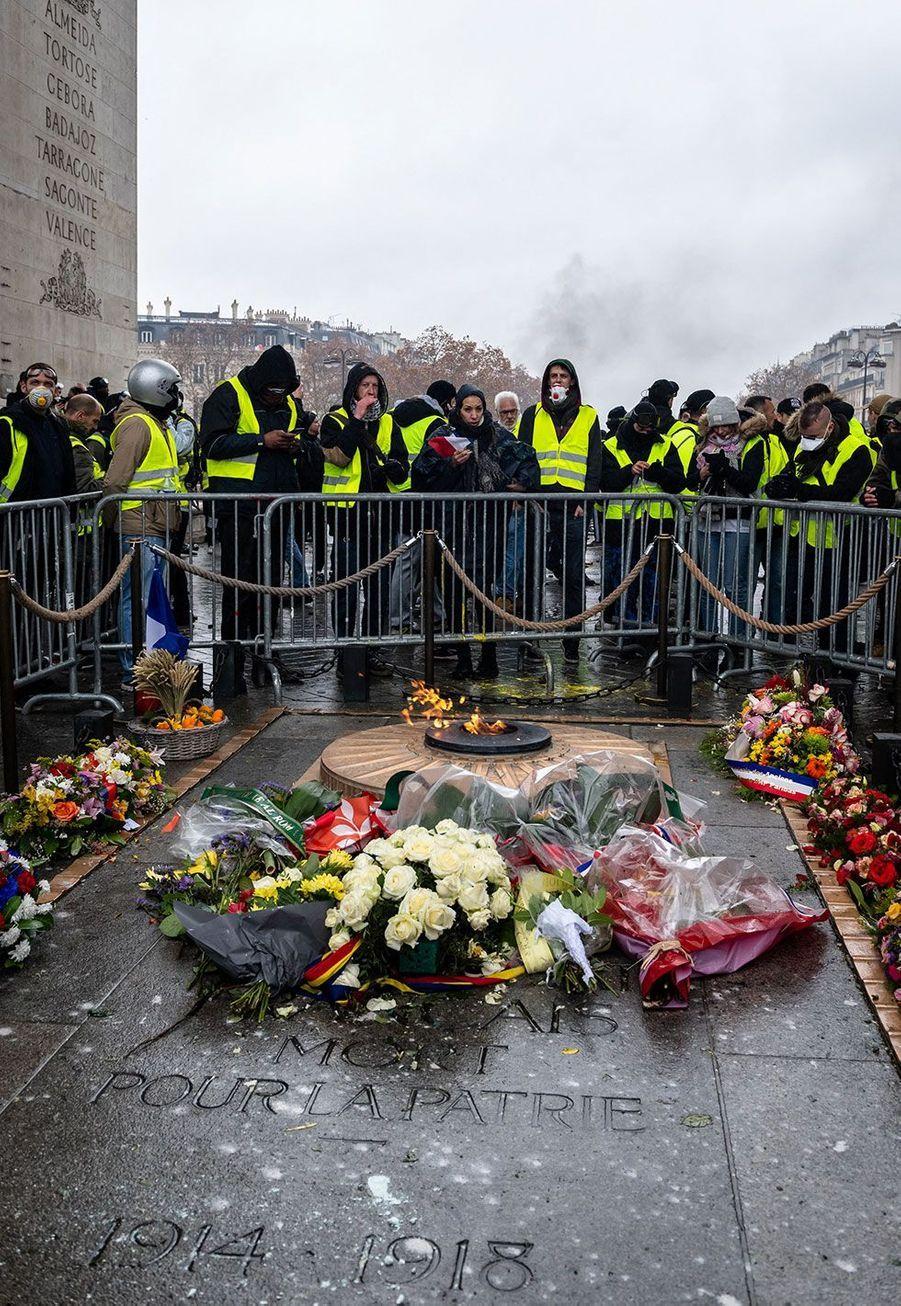 Des gilets jaunes entourant la tombe du soldat inconnu