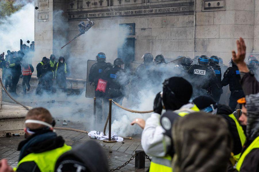 """Des affrontements entre """"gilets jaunes"""" et policiers sous l'Arc de Triomphe samedi"""
