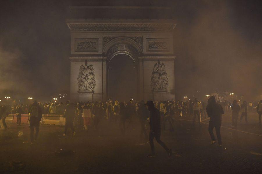 L'Arc de Triomphe dans un nuage de lacrymogène