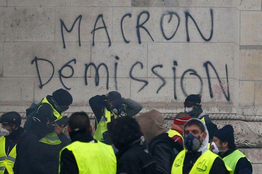 """Des """"gilets jaunes"""" sous l'Arc de Triomphe"""