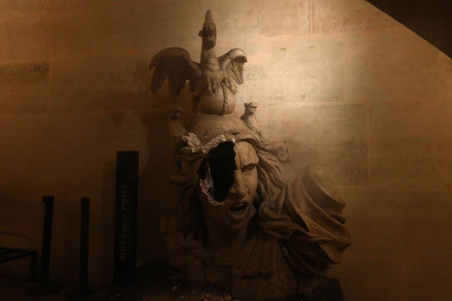 Une statue endommagée à l'intérieur de l'Arc de Triomphe