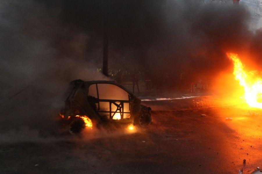 De nombreuseséchauffourées ont éclaté avec les forces de l'ordre près de l'Arc de Triomphe nimbé de gaz lacrymogène. De nombreuses barricades ont été dressées et des bâtiments ont été incendiés.
