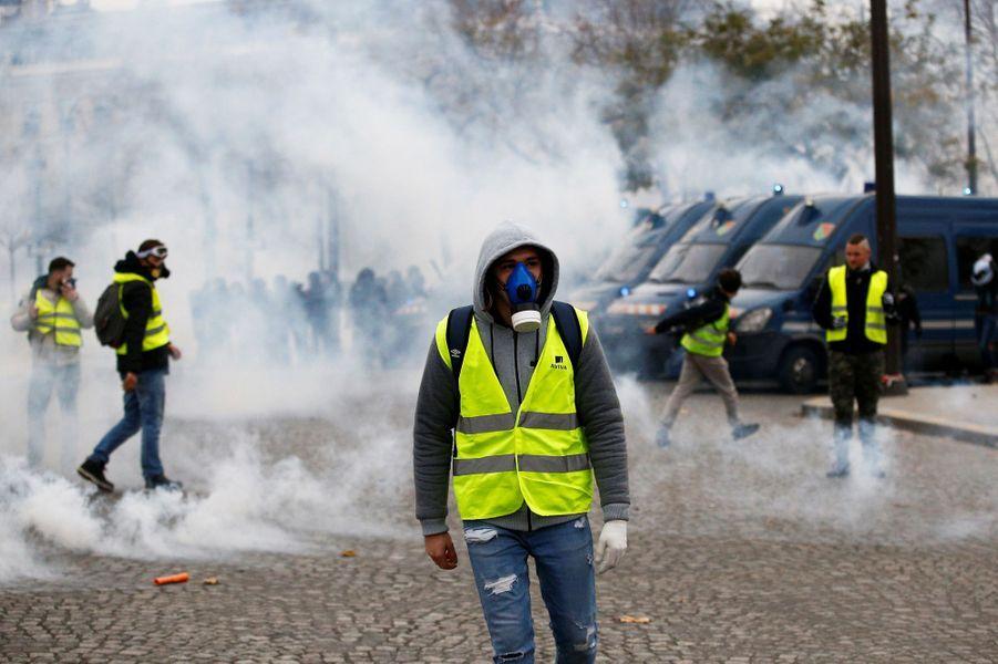 Des échauffourées entre gilets jaunes et forces de l'ordre samedi matin sur les Champs-Elysées.