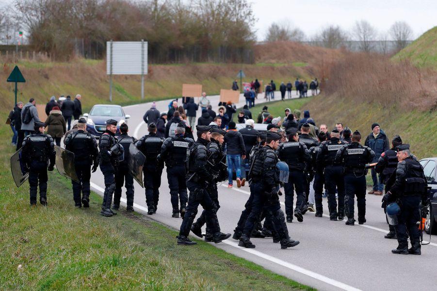 Des gendarmes aux abords de Grand Bourgtheroulde, mardi.
