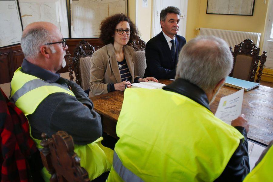 Emmanuelle Wargon rencontre des «gilets jaunes» à la mairie de Grand Bourgtheroulde, mardi.
