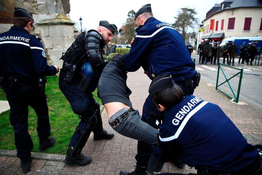 Un manifestant arrêté par les gendarmes à Grand Bourgtheroulde, mardi, durant la visite d'Emmanuel Macron.