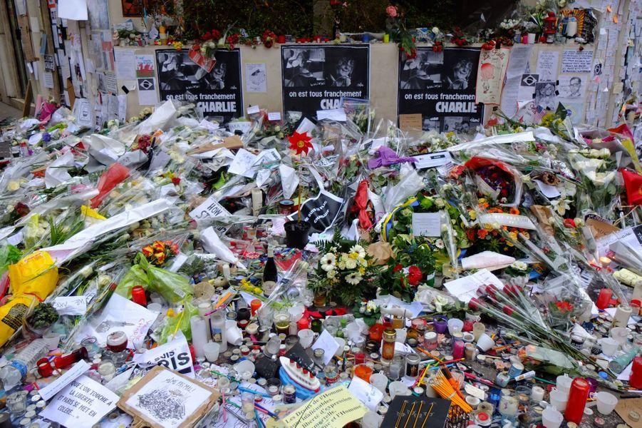 Recueillement devant les locaux de Charlie Hebdo ce 14 janvier