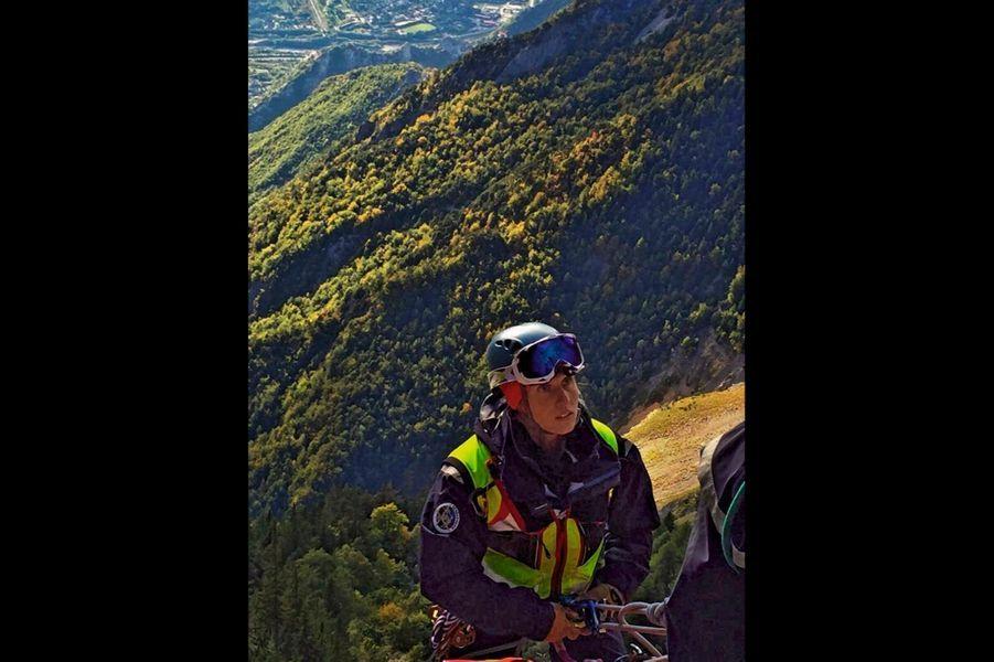 Vérane Bonneuil, 33 ans « Je voulais rendre service » Originaire de Gap, elle est la première femme à intégrer un peloton de gendarmerie de haute montagne (PGHM). Et pas des moindres, puisqu'elle exerce à Chamonix (ici en 2015). « La montagne est le seul endroit où j'ai ma place. »