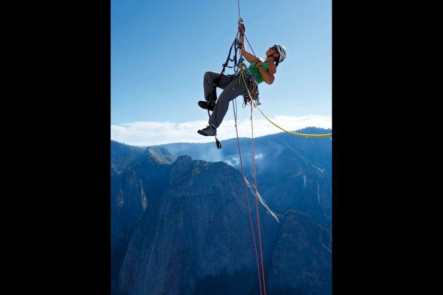 Julia Virat, 35 ans « dépasser mes limites » C'est ainsi qu'elle commente son aventure sur l'immense paroi El Capitan, dans le parc de Yosemite, aux Etats-Unis, en 2015. Originaire des Hautes-Alpes, elle est désormais guide à Chamonix : « J'adore me mettre dans une position inconfortable. »