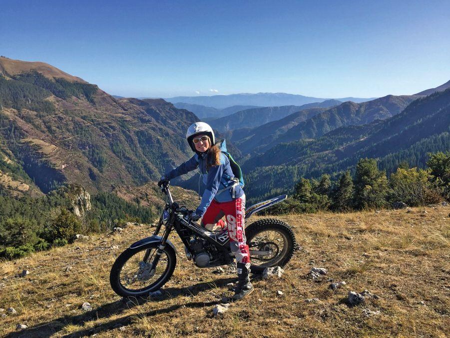 Marine Clarys, 31 ans « Je M'en faisais une Montagne » Elle ne pensait pas pouvoir atteindre un jour le niveau pour devenir guide. Basée à Saint-Martin-Vésubie, Marine est la première à exercer ce métier dans les Alpes-Maritimes. Dès qu'elle remise les crampons, elle aime se « faire peur à moto ». Une vie sur les chapeaux de roue.
