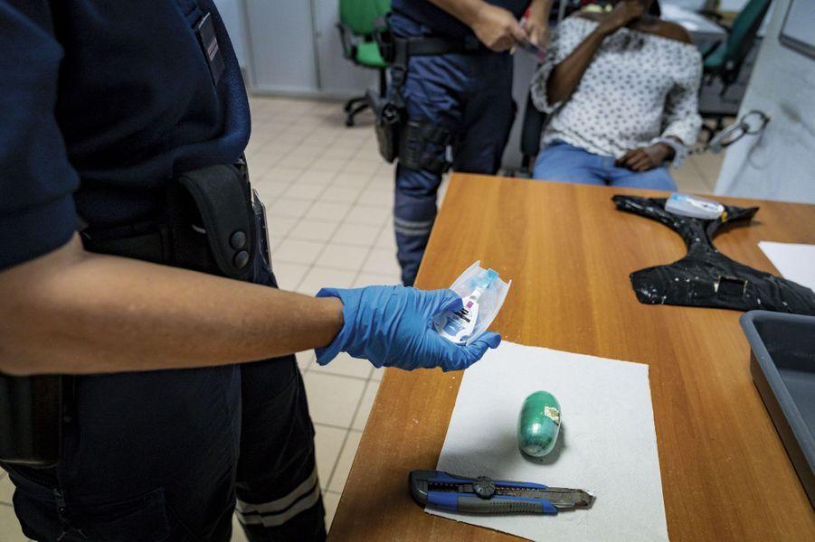 Lors de la fouille d'une passagère, les douaniers ont trouvé une fausse culotte bourrée de cocaïne et un ovule inséré dans le vagin. Un contrôle chimique permet de confirmer la présence de drogue.