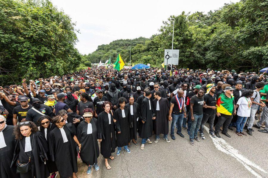 Des milliers de personnes bloquent l'accès au centre spatialguyanais mardi à Kourou