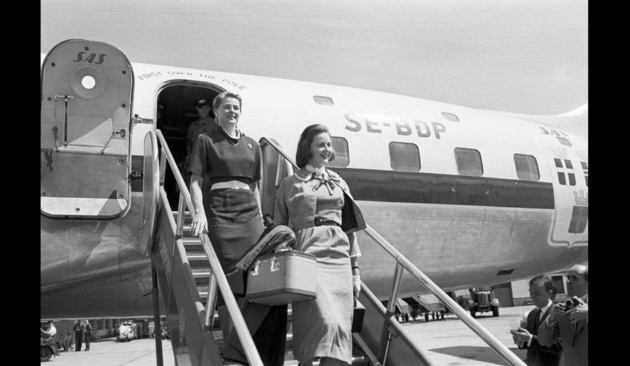 Ingrid Bergman débarque. Avec elle, sur la passerelle, sa fi lle Pia, 18 ans, que l'actrice retrouve à l'aéroport Paris-Orly.