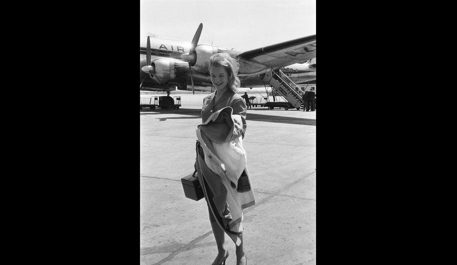 Jeune actrice, heureuse sur la piste de l'aéroport Paris-Orly, Romy Schneider a seulement 19 ans lorsqu'elle arrive à Paris pour jouer dans «Monpti», le fi lm de Helmut Käutner.