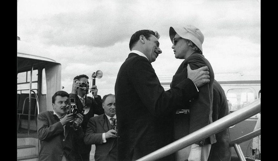 Simone Signoret rentre d'Italie. Elle retrouve Yves Montand au pied de l'avion à l'aéroport Paris-Orly. Presque seuls au monde !