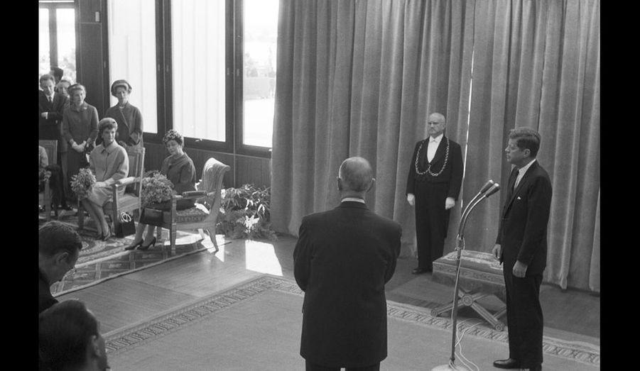 Salon officiel de l'aéroport Paris-Orly. John Fitzgerald Kennedy remercie le Général de Gaulle de l'accueillir à Paris.