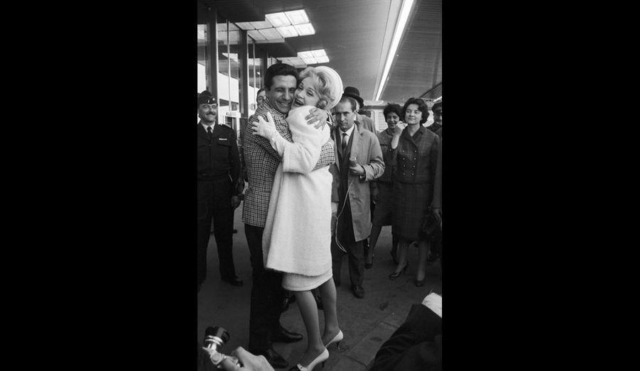 L'actrice Marlene Dietrich arrive à l'aéroport Paris-Orly. Elle est accueillie en vedette. Même le chanteur Gilbert Bécaud la prend dans ses bras.