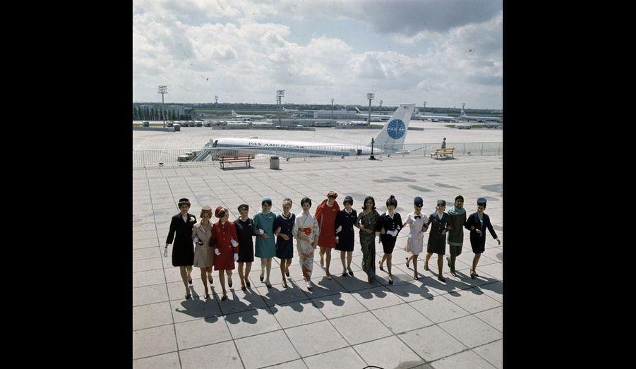 Sur la terrasse de l'aéroport Paris-Orly, les hôtesses de toutes les compagnies présentent leur uniforme de saison.
