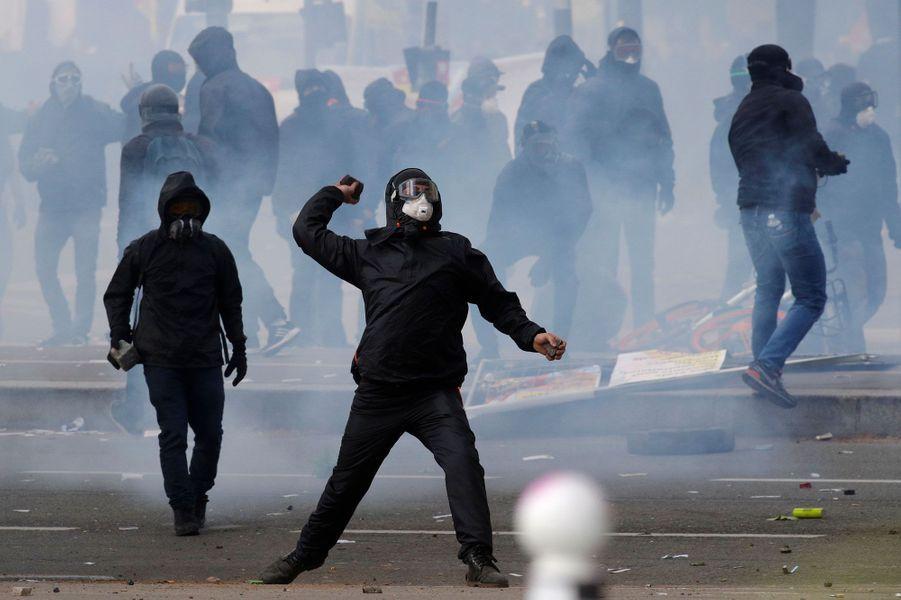 Des heurts ont éclaté mardi en marge du défilé syndical du 1er Mai à Paris entre plus d'un millier de personnes encagoulées et les forces de l'ordre